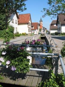 Eberbach mit der Kirche im Hintergrund